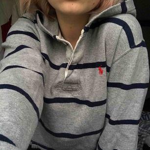 Grå oversize hoodie med blå sträck från Ralph Lauren i storlek XL, jag har normalt sätt storlek S. Inga skador eller liknande. Köparen står för eventuell frakt. Nypris 1400kr