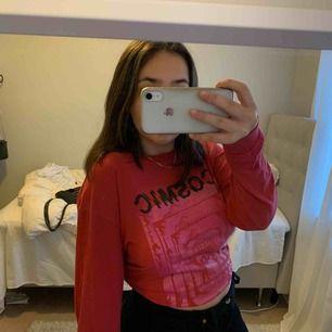 Detta är en röd lite tunnare sweatshirt från carlings! Den är oversized så när ja vill ha den lite tajtare brukar jag knyta en tofs på tröjan! Väldigt snygg med coola detaljer
