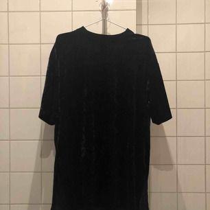 Svart klänning i sammet med slits på båda sidorna