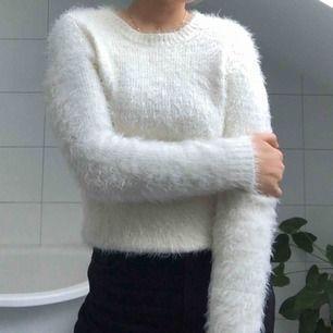 En gullig liten mys-tröja som funkar till ett par jeans eller över en svart klänning. Super varm så passar perfekt till vintern.