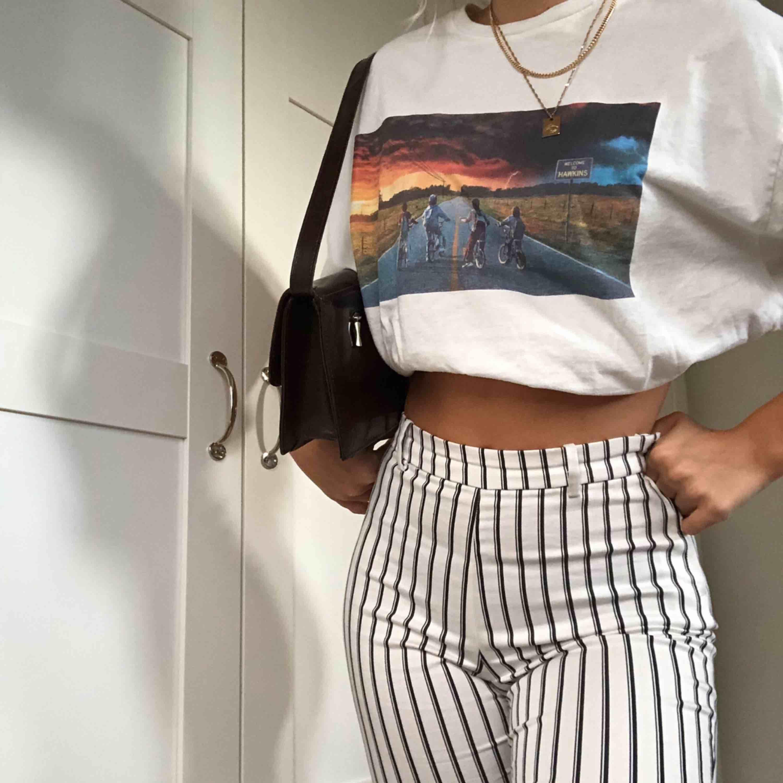 Supersnygga och coola randiga byxor som matchar till allt Säljer på grund av aldrig hinner använda . Jeans & Byxor.