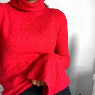 Super mysig röd stickad tröja från NA-KD. Den har utsvängda armar o hög krage. Storlek XS. Frakt tillkommer🥰🥰