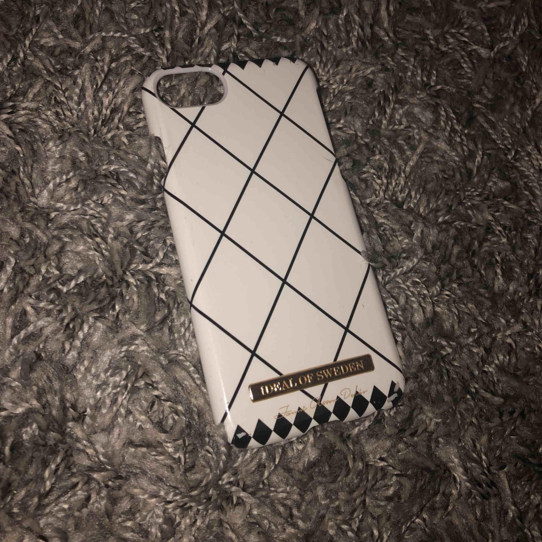 Två skal (IPhone 7) från Ideal Of Sweden x Janni Olsson Delér kollektionen 150kr/st - kan köpas separat . Accessoarer.