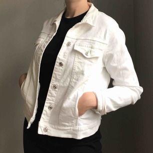Vit, stretchig jeansjacka från Mango i storlek M • använd ett fåtal gånger så i mycket bra skick! Frakt på 63kr tillkommer