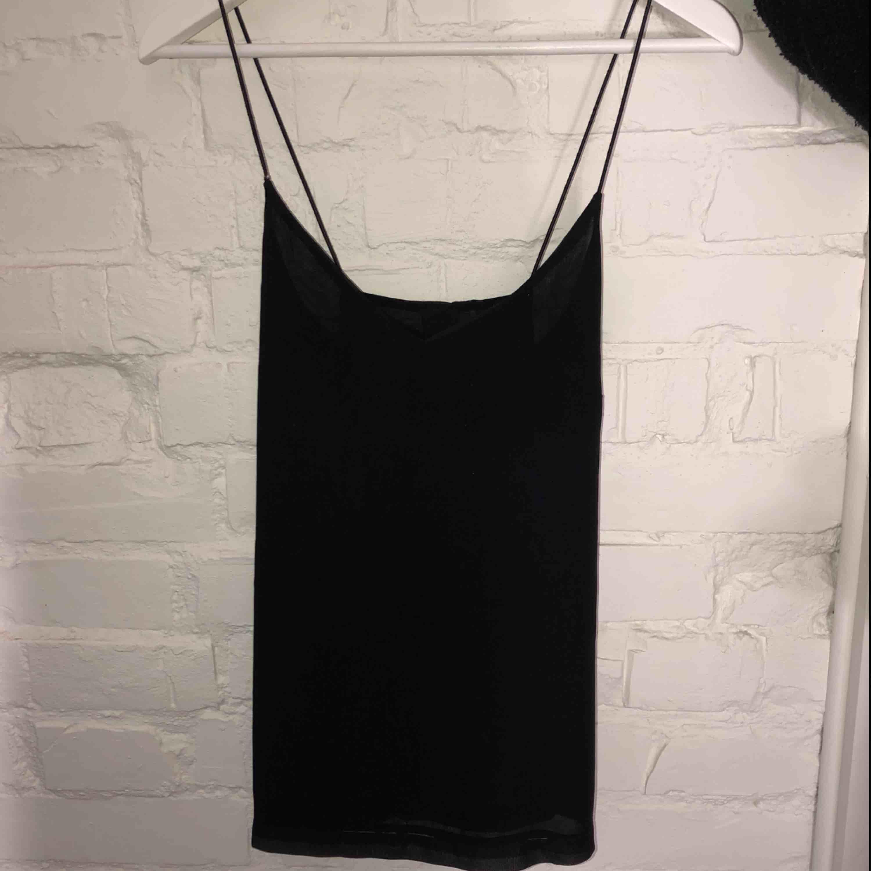 Tunt svart linne med korsad rygg från Vero Moda Aldrig använd  . Toppar.