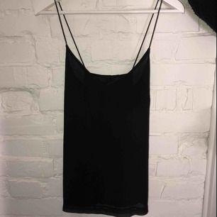 Tunt svart linne med korsad rygg från Vero Moda Aldrig använd