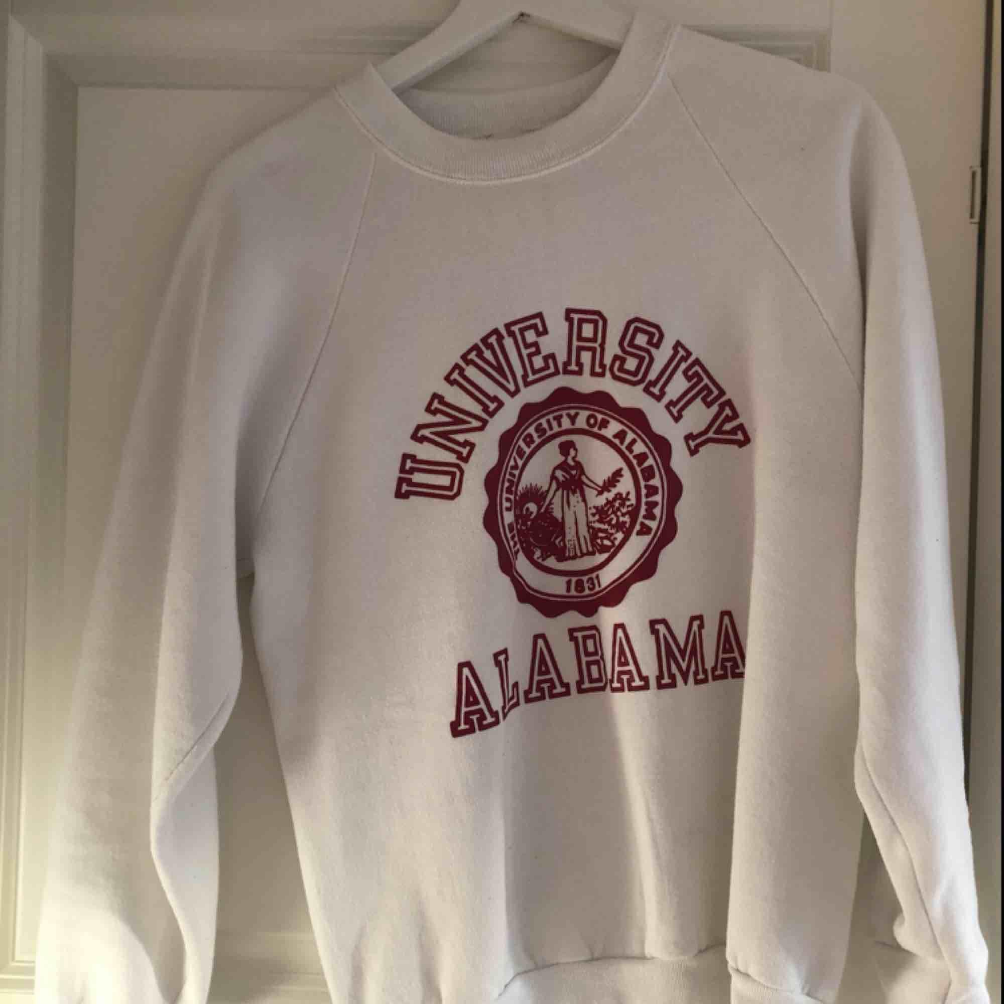 En vintage college tröja från University of Alabama. Funkar för allt mellan XS- M beroende på hur oversized man vill ha den:). Tröjor & Koftor.