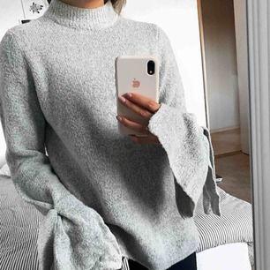 Världens mysigaste tröja från Rut&Circle. Nypris var 400 kr & tröjan är i nyskicka då jag endast använt den 3 gånger. Den har en högkrage och knytningar runt handleden. Storlek XS. Frakt tillkommer🥰🥰