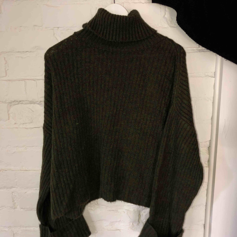 Mörkgrön stickan tröja med turtleneck Är liten i storlek Aldrig använt. Stickat.