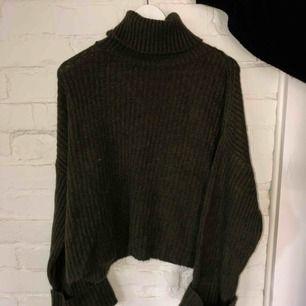 Mörkgrön stickan tröja med turtleneck Är liten i storlek Aldrig använt