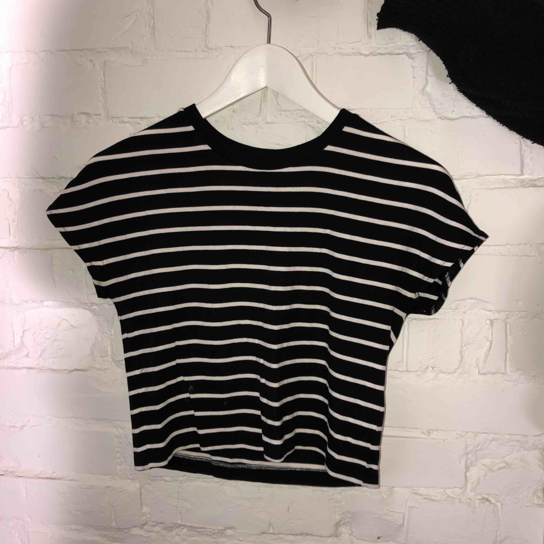 Svart/vit randig croptop från Zara Använd ett fåtal gånger . T-shirts.