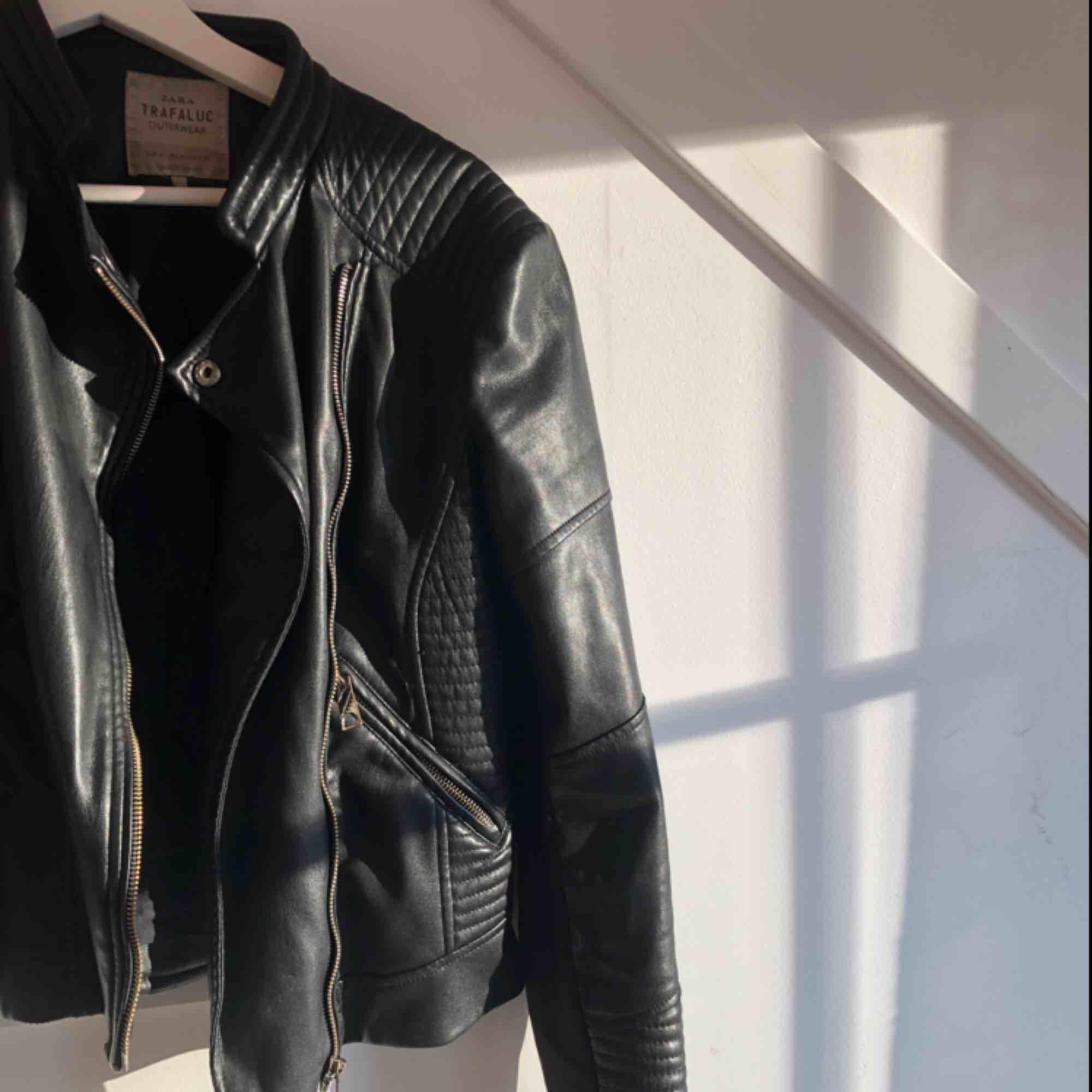 Jättesnygg svart (fake)skinnjacka från Zara. Perfekt höstjacka. Nypris: 600-700kr. Jackor.