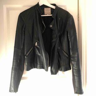 Jättesnygg svart (fake)skinnjacka från Zara. Perfekt höstjacka. Nypris: 600-700kr