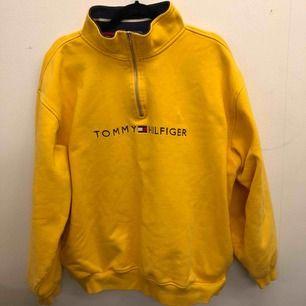 Oversized vintage hoodie med zip från Tommy Hilfiger ✨ Storlek XL, har en liten fläck som säkert går bort med medel, har inte försökt