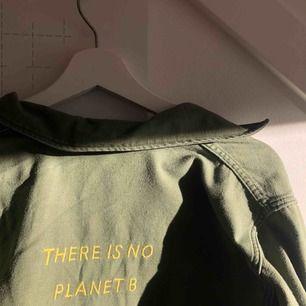 Snygg army jacka/skjorta köpt på Beyond retro. I bra skick med text på ryggen.