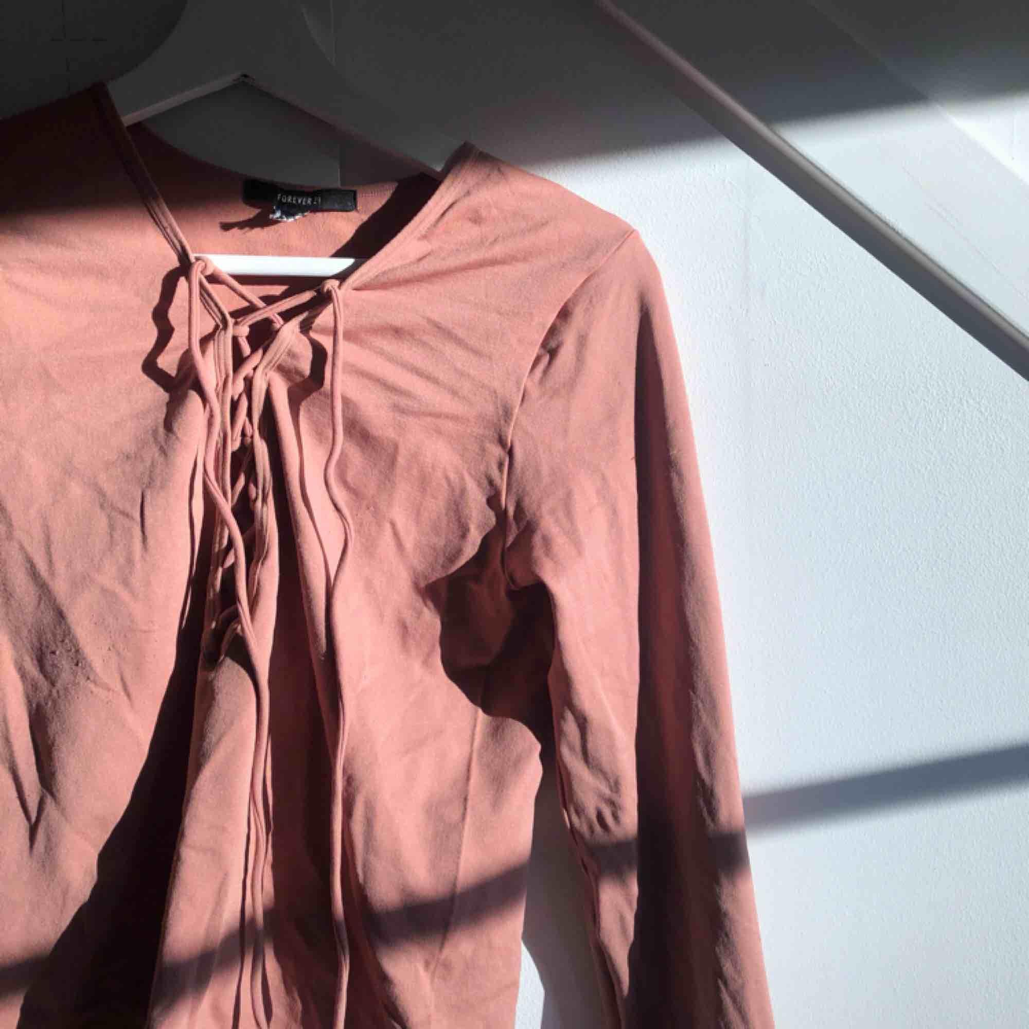 Rosa långärmad i stretchigt material. I bra skick:) . Toppar.