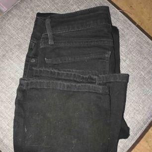 Levis jeans, bootcut storlek 24! Kan tyvärr inte ta bild med dom på för de ej passar! Jättebra skick.