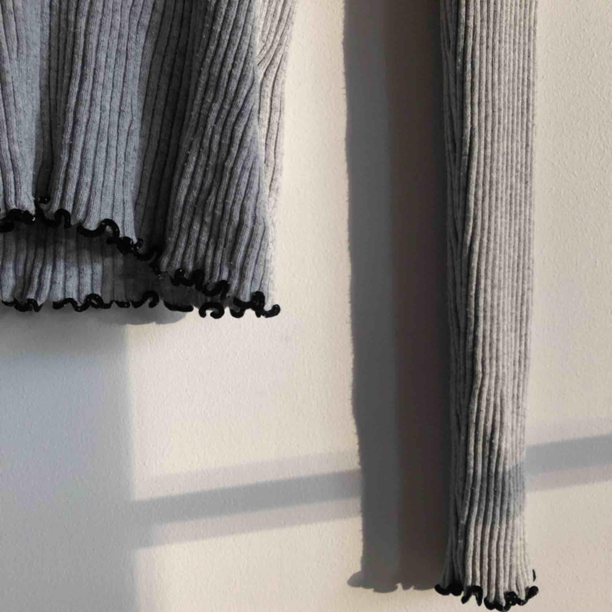 Långärmad ljusgrå tröja från Hm. Använd få gånger. Den är väldigt stretchig så funkar lika bra för M med!. Tröjor & Koftor.
