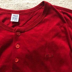 Röd fila tröja som är köpt på humana ❤️💥❤️ aldrig använd, köparen står för frakt