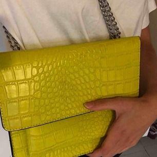 Gul ormskinnsmönstrad väska som antingen går ha på axeln eller ta ut och ha som en crossbody väska ! Använd fåtal gånger !