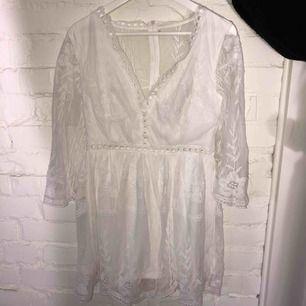 Superfin vit klänning perfekt till studenten Liten i storlek Väldigt fint och bra tyg