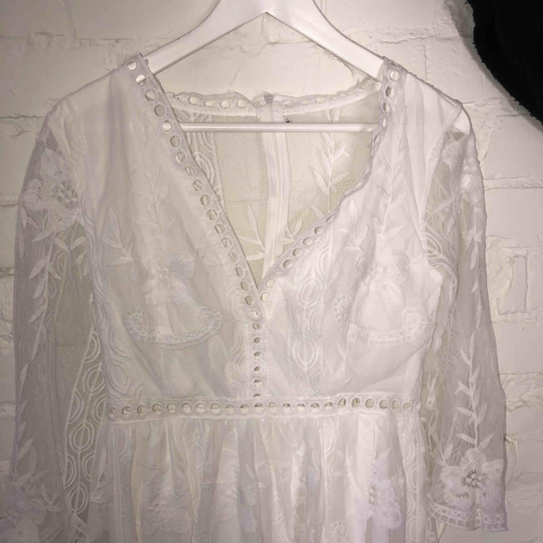 Superfin vit klänning perfekt till studenten Liten i storlek Väldigt fint och bra tyg. Klänningar.