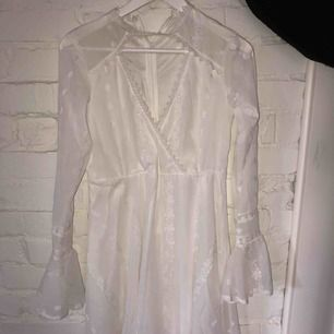 Superfin vit klänning med vackert tyg och detaljer, perfekt till studenten. Är lite liten i storlek