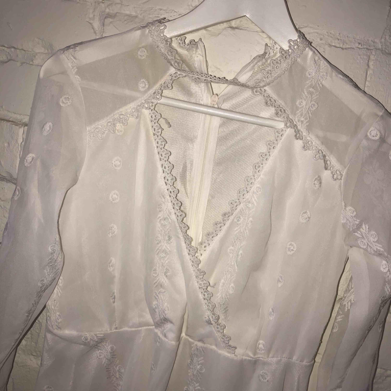 Superfin vit klänning med vackert tyg och detaljer, perfekt till studenten. Är lite liten i storlek. Klänningar.