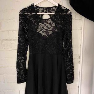 Vacker svart klänning med öppen rygg Aldrig använd pga passar inte min stil