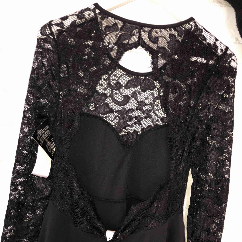 Vacker svart klänning med öppen rygg Aldrig använd pga passar inte min stil. Klänningar.