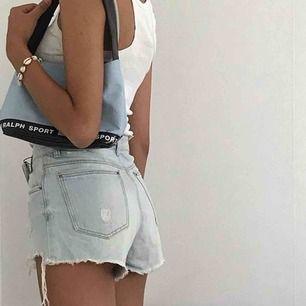Ett par helt oanvända shorts från Zara (prislapp hänger kvar!) originellt pris 190 kr 🐚🥥 Kan mötas i Sthlm!