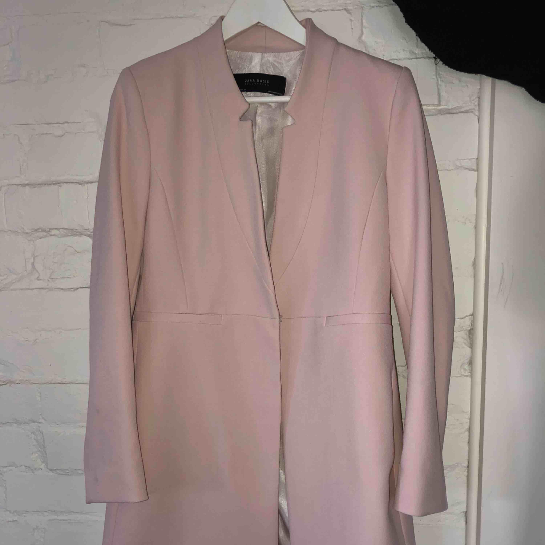 Rosa jacka/kappa från Zara Använd fåtal gånger . Jackor.