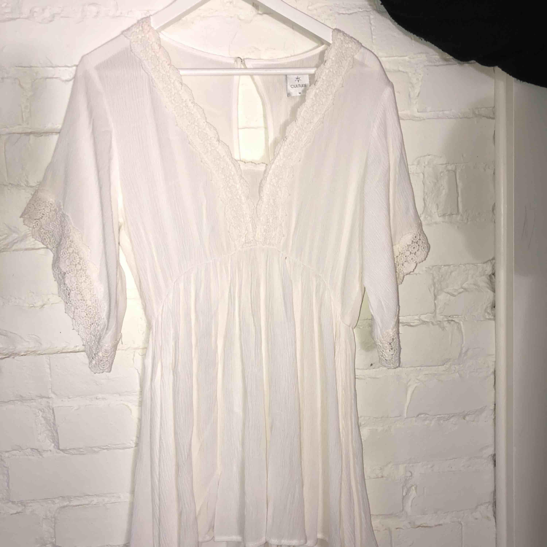 Vacker vit klänning från en liten butik i Habo Aldrig använd. Klänningar.
