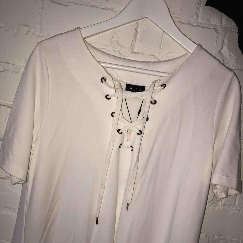 Vit klänning från Vila Aldrig använd . Klänningar.