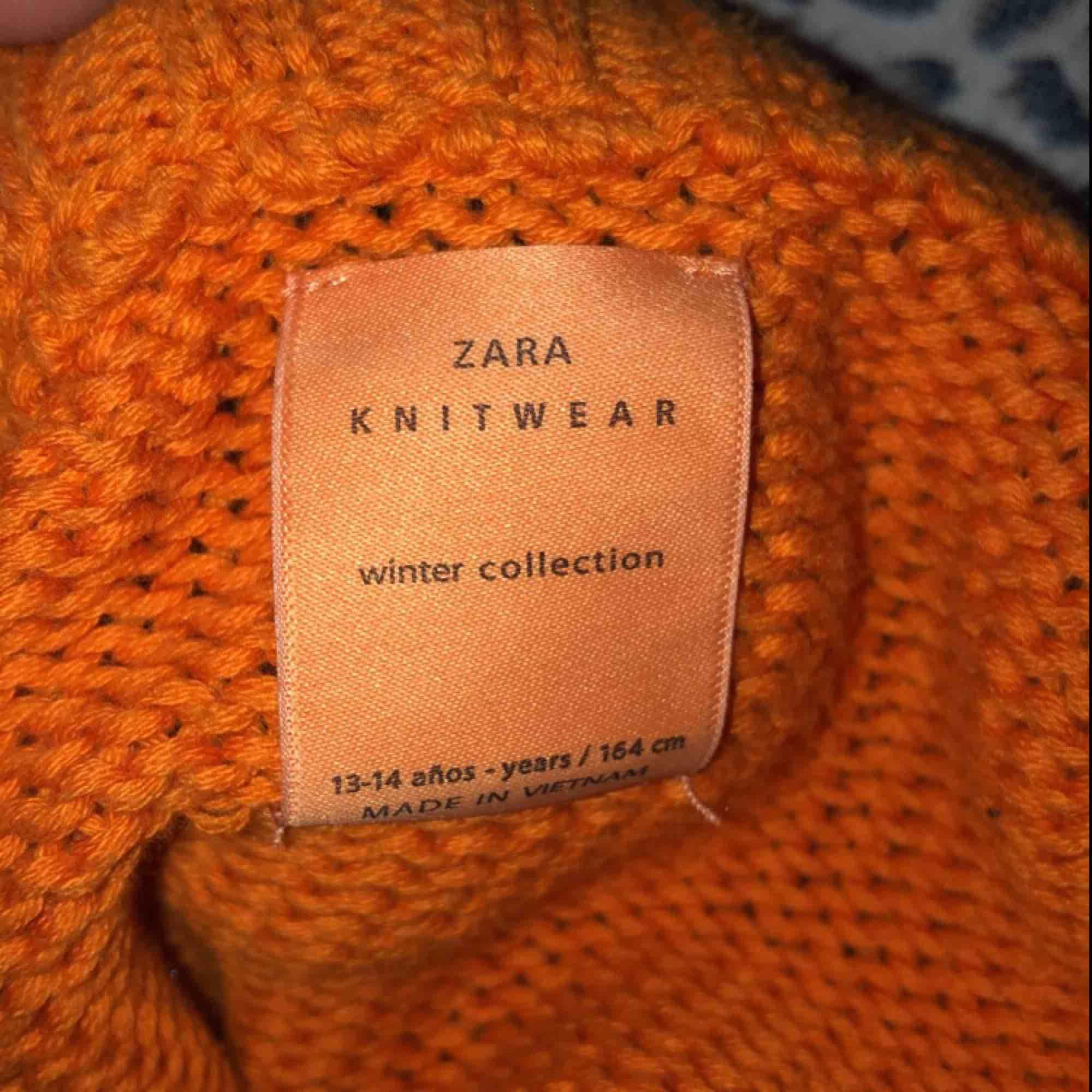 En jätte snygg stickad tröja från Zara, perfekt till hösten  är i stl 13-14 men passar XS och s jätte bra Säljer pga använder inte så mycket. Tröjor & Koftor.