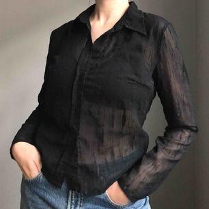 Svart, mönstrad och transparent skjorta med knappar framtill • från HENNES i storlek 38 • använd men i bra skick! Frakt på 36kr tillkommer