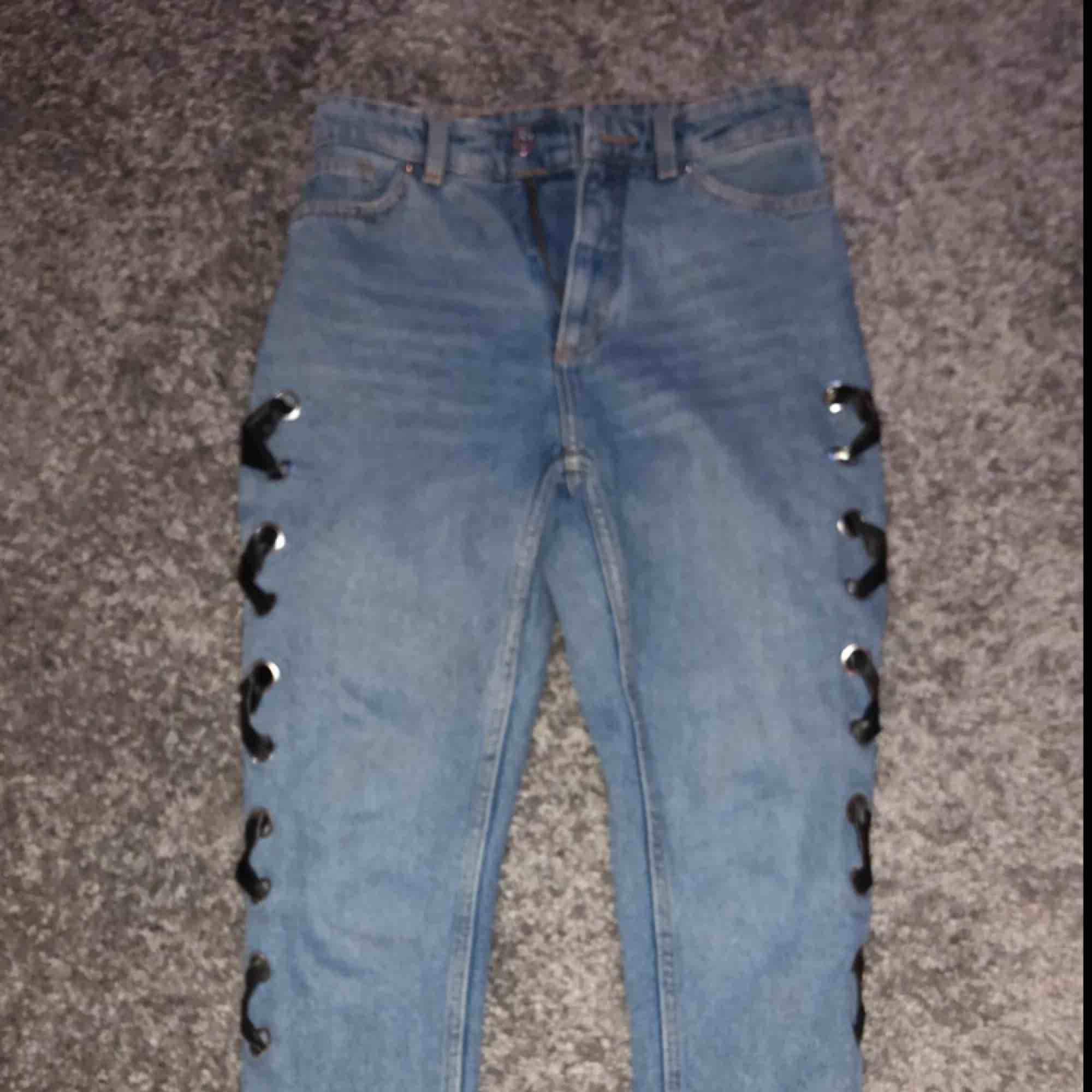 Ett par jätte fina mom jeans med snörning på sidan tyvärr för små för mig därför jag säljer dom🥰 passar stl xs. Jeans & Byxor.