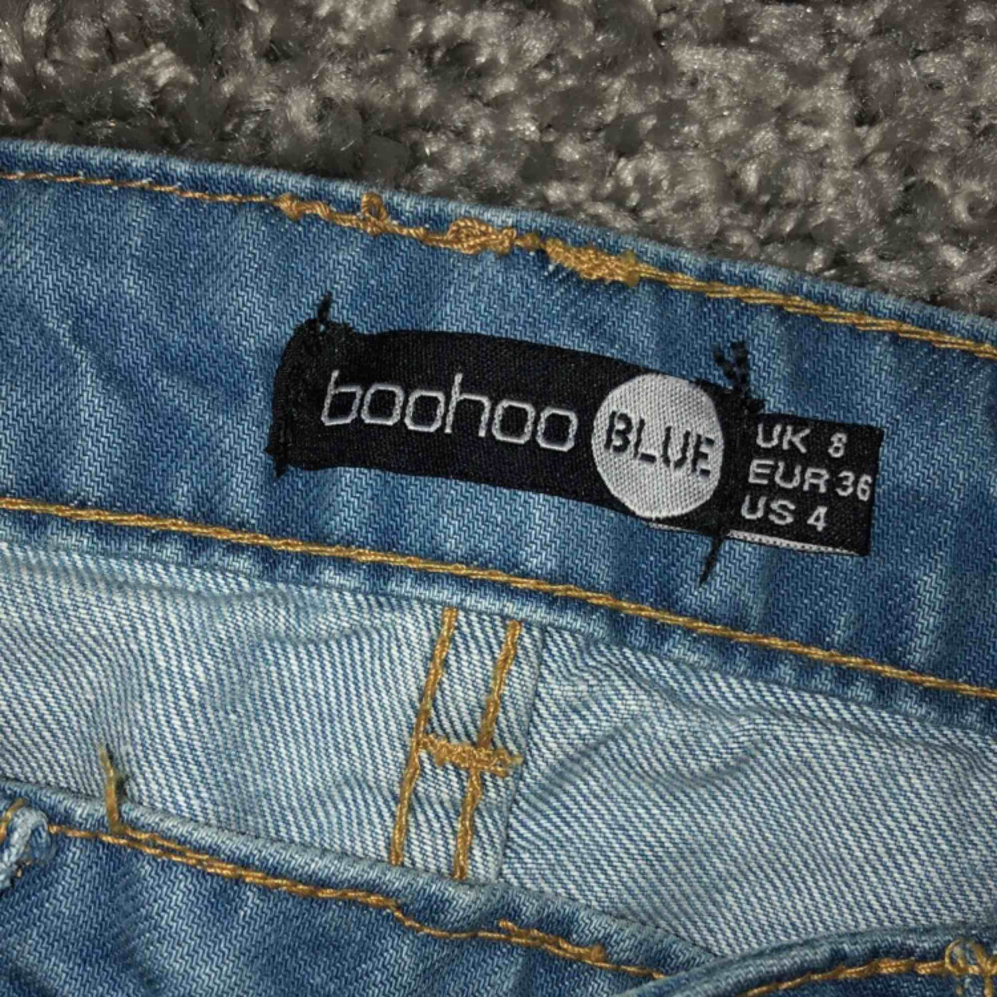 """Ett par """"mom jeans"""" från boohoo aldrig använda då dom e lite stora för mig och nt kommit till användning men samma jeans som modellen på bilden🥰. Jeans & Byxor."""