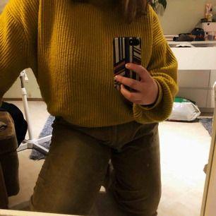 Gröna manchesterbyxor köpta second hand. Står ej storlek men skulle gissa på L i midjan och XL i benen. Jag själv har storlek L och på mig sitter de perfekt oversized. Tredje bilden visar färgen bäst. Köparen står för frakten!