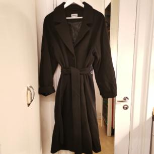 Vinterkappa från weekday, inköpt i slutet av föregående vinter. Tyvärr mest hängt i garderoben, knappt använd. Nypris 1200kr.