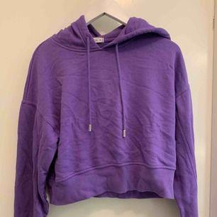 Superfin lila hoodie, använd några gånger, lite kortare modell men inte riktigt croppad✨