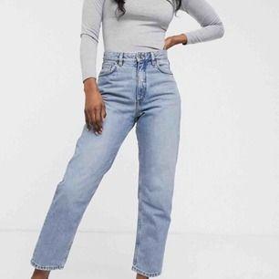 Ett par Taiki high-waist ballon leg jeans från Monki. Använda men i fint skick. Nypris 400kr. Köparen står för frakten! Notera att dessa är i W32(jeansstorlek)