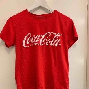 röd coca cola t-shirt ifrån coca cola butiken. använd max 2 gånger och superbra skick✨
