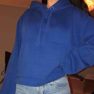 Mysigaste kornblå hoodien från H&M, strl M men passar även XS/S. Sparsamt använd så i jättefint skick!! Frakt ingår i priset 🥰