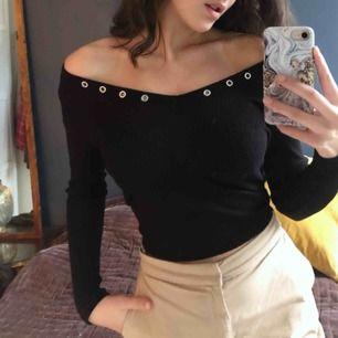 Skitsnygg svart off shoulder tröja!! Funkar till allt och perfekt nu till hösten.  (Nypris: 199kr)