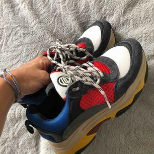 Coola sneakers i size 36. Använd 2-3 gånger. Saknar originalsulor. liten i storlek