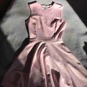 Fin rosa klänning från Nelly.com i bra skick och använd få gånger. Sitter slimmad upptill och lös nertill
