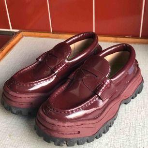 Vinröda skor från eytys! Knappt använda:) Frakt ingår! Nypris 2800kr  Dessa säljs inte längre på eytys :)  SNABB AFFÄR =LÄGRE PRIS