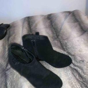 Svarta högklackade skor