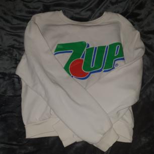 Kort sweater med 7UP-loggan! Frakt tillkommer 🌠